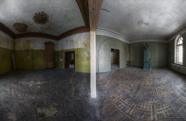 Abandoned old castle in Kyiv, Ukraine. Multirow panorama. Дом Барона в Киеве. Многорядная панорама