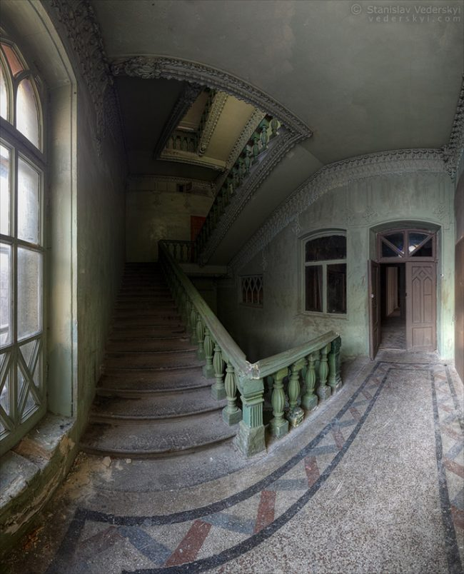 Abandoned old castle in Kyiv, Ukraine. Multirow panorama. Дом Барона в Киеве. Многорядная панорама.