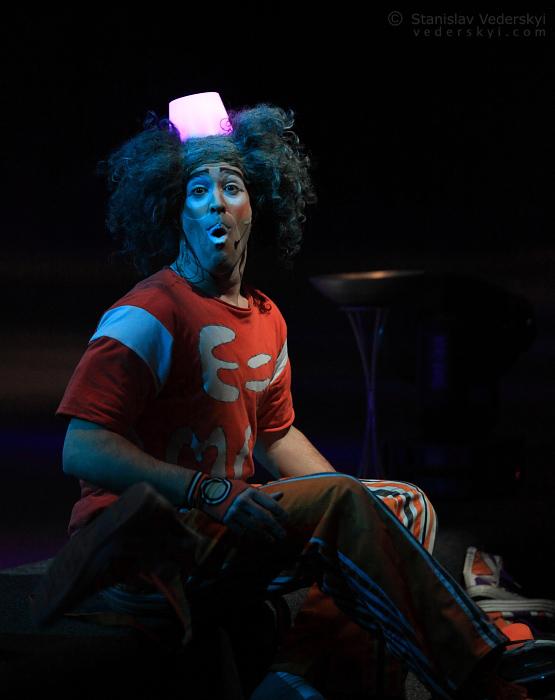 Clown performing in ice show. Клоун выступает в ледовом шоу