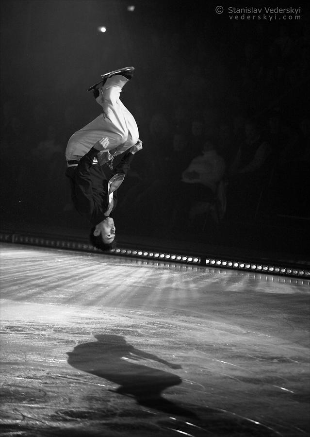 Professional figure skater performing in ice show. Профессиональный фигурист выступает в ледовом шоу