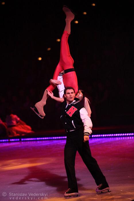 pair performing in ice shows. пара выступает в ледовом шоу