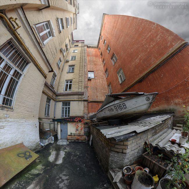 Old yard in Kyiv, Ukraine. Multirow panorama | Старый двор в Киеве. Многорядная панорама