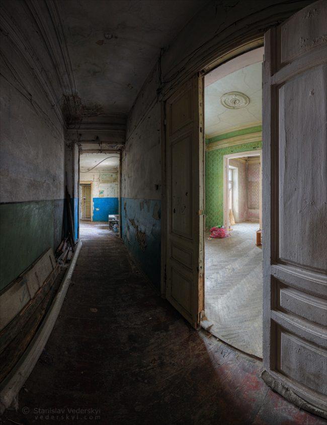 Abandoned old building in Kyiv, Ukraine. Multirow vertical panorama (vertorama). Заброшенный дом в Киеве. Многорядная панорама