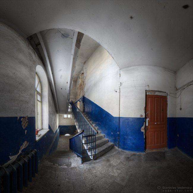 Оld building in Kyiv, Ukraine. Multirow panorama. Старый дом в Киеве. Многорядная панорама.
