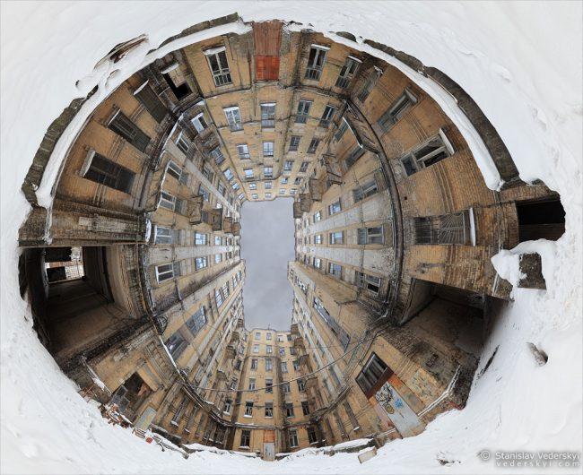 Abandoned well house in Kyiv, Ukraine. Multirow panorama. Заброшенный дом-колодец в Киеве. Многорядная панорама.