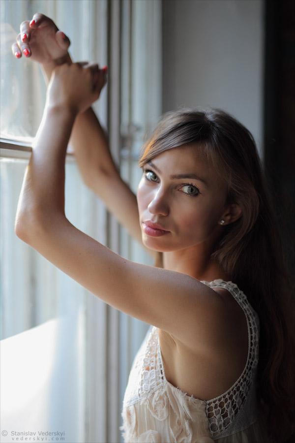 Model Photo session in old house in Kyiv, Ukraine, natural window light | Фотосессия модели в старом доме в Киеве, натуральный свет из окна